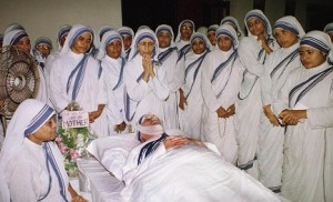 Madre-Teresa-vegliata-dalle-sue-suore