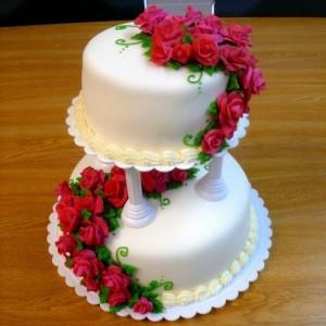 tarta-de-boda-de-dos-pisos-con-rosas-rojas