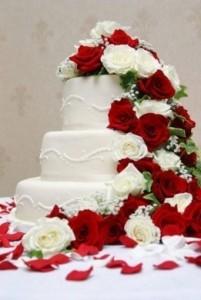 tartas-de-fondant-con-rosas-rojas-y-blancas