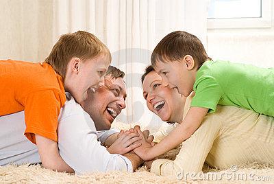padres-felices-con-sus-dos-hijos-thumb14165158