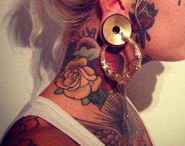 tatuaje-mujer-cuello-old-school-rosas