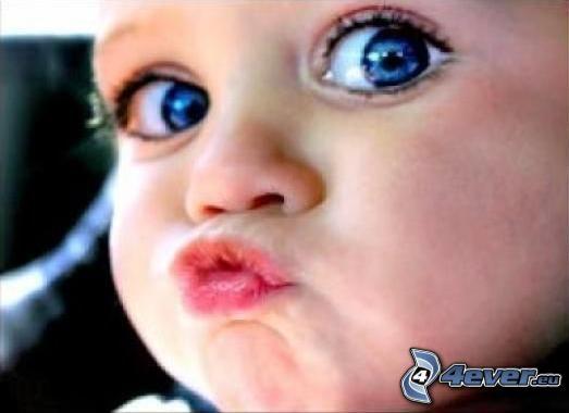niebieskookie-dziecko,-pocalunek-135185