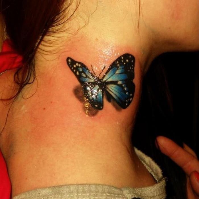 tatuaje-pequeno-mujer-mariposa-cuello-efecto-3d