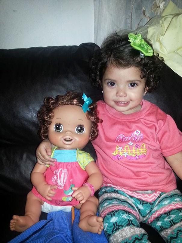 mira el parecido de los niños con sus muñecos