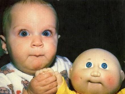 niños muy perecidos a sua muñecos