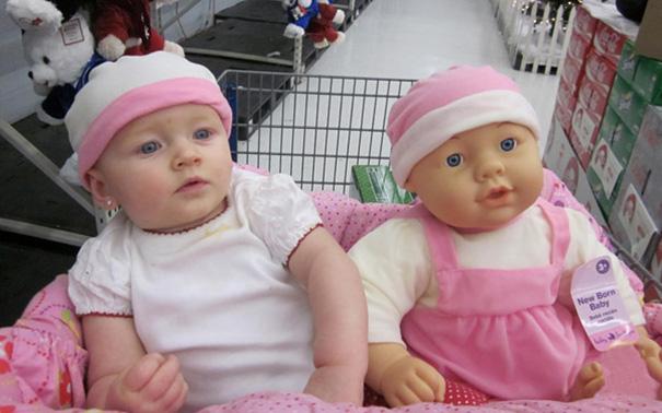 niños y sus muñecos iguales