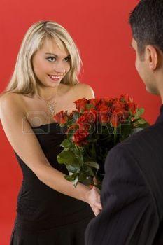 pareja con rosas muy románticos