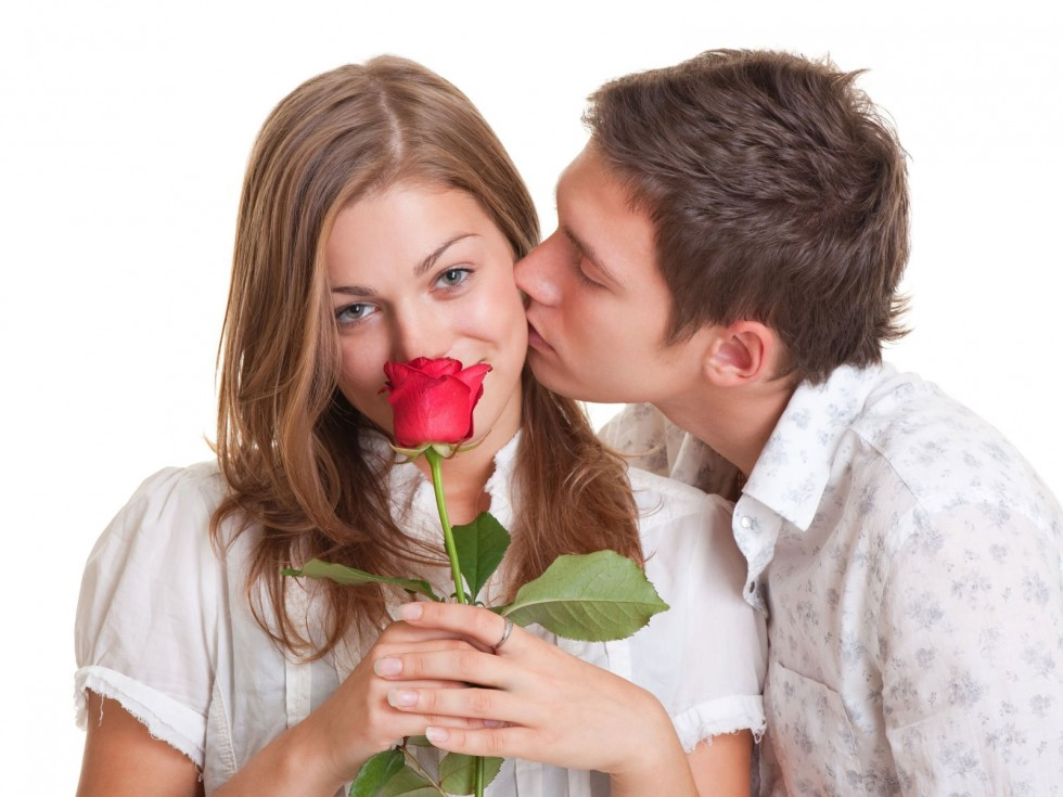 pareja con una rosa en la mano para los enamorados especiales