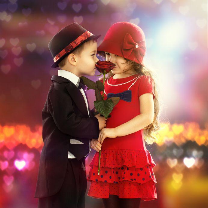 pareja de enamorados con rosas en la mano