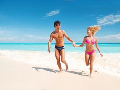 parejas felices en la playa
