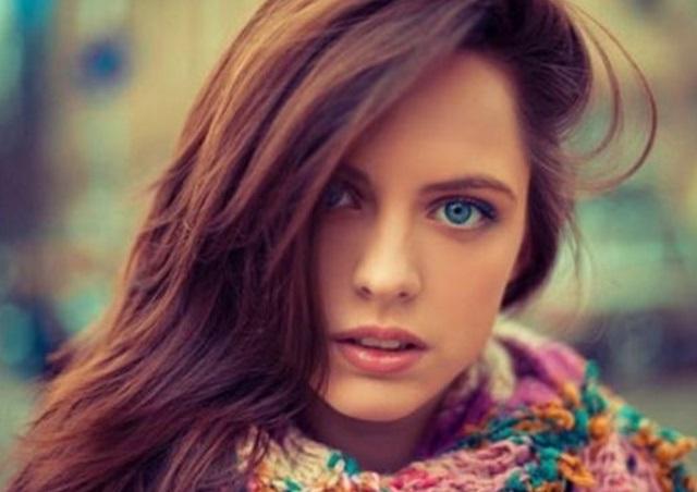 Mujeres-con-ojos-azules-y-cabello-oscuro