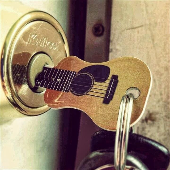 -disenos-de-madera-en-forma-de-guitarra
