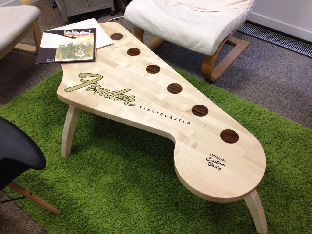 mesas-en-forma-de-guitarra-2