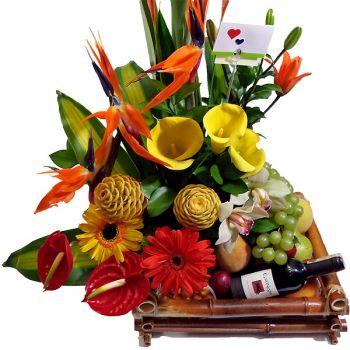 Arreglos florales con flores amarillas y frutas