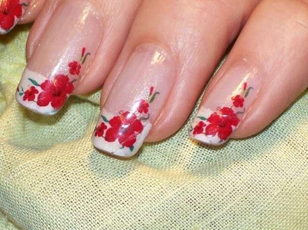 Imágenes de uñas decoradas con lindas flores Fáciles