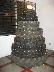 árbol de navidad con llantas