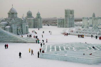 personas patinando en hiel en la ciudad de hielo